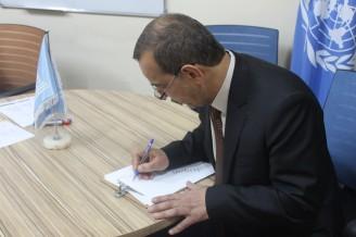 الدكتور عقيل الخاقاني عميد كلية الاداب و هو يكتب رسالته الى الموصلو هو خريج جامعتها